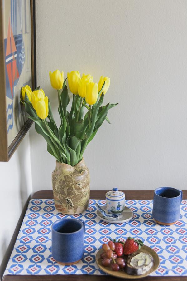 Yellow-Tuilips-at-Kitchen-Table-Setting